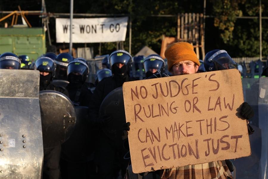 Активисты выстроились с плакатами в живую линию перед полицейскими