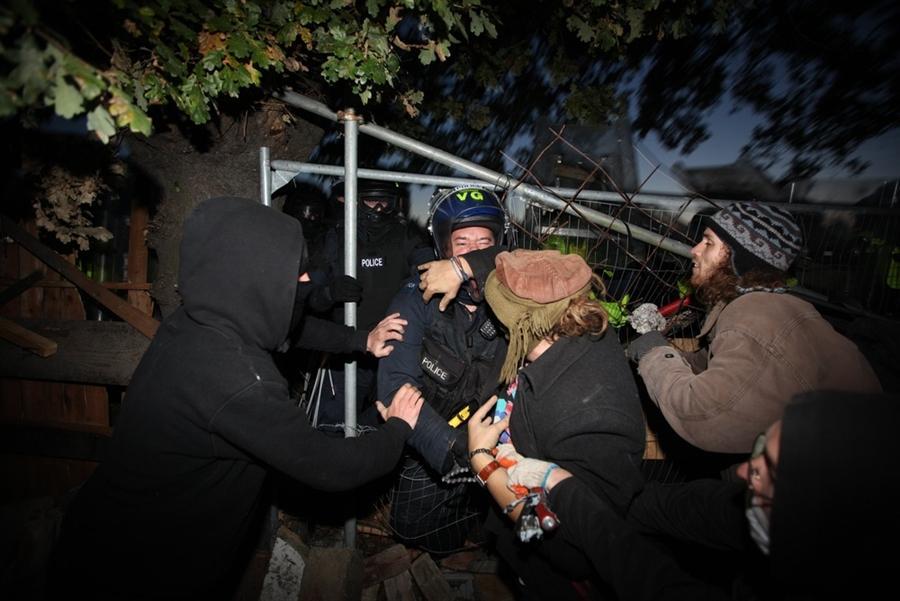 Активисты противостоят полиции в лагере рядом с Basildon, Англия