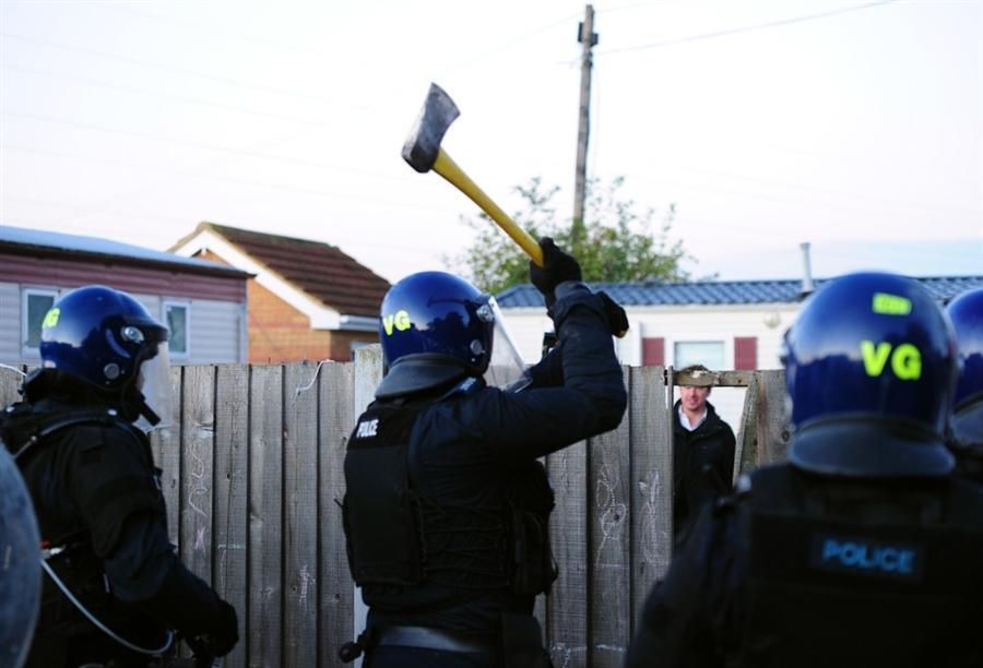 Полицейские пришли с топорами и кувалдами, чтобы разрушить лагерь, в котором люди жили незаконно 10 лет