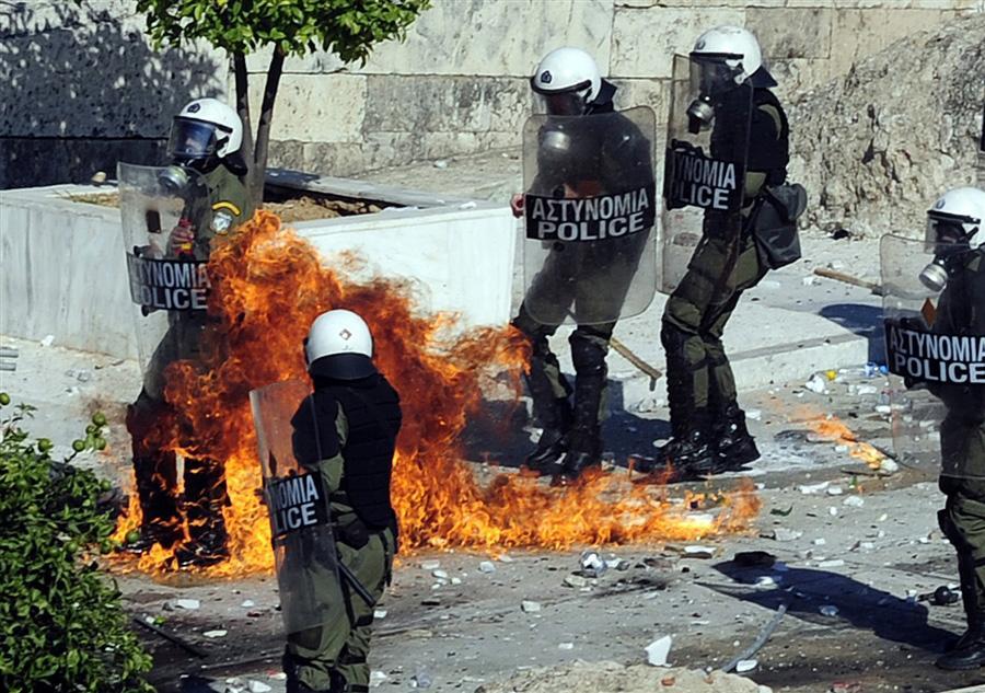 19 октября спецназ забросали бутылками с зажигательной смесью перед зданием Парламента в Афинах