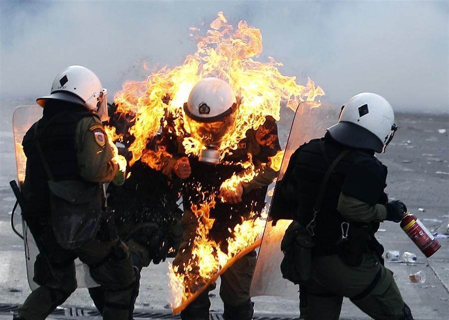 В полицейского попала бутылка с зажигательной смесью, Афины, 20 октября