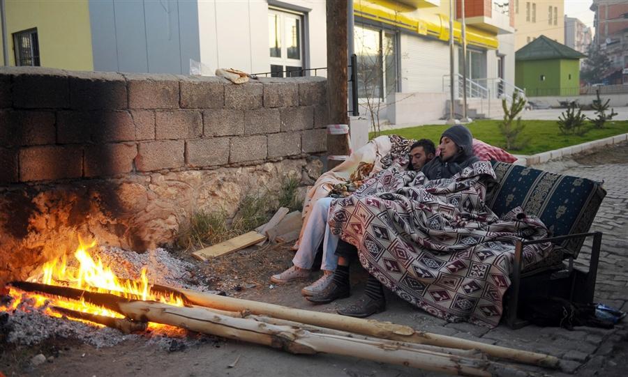 Люди вынуждены спать на улице после сильнейшего землетрясения, восточная часть Турции, 24 октября