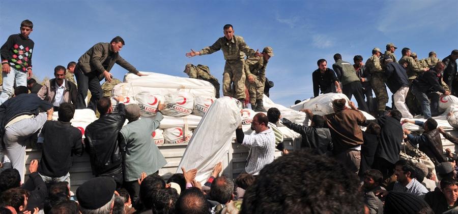 Выдача пострадавшим жителям палаток, Турция, 24 октября