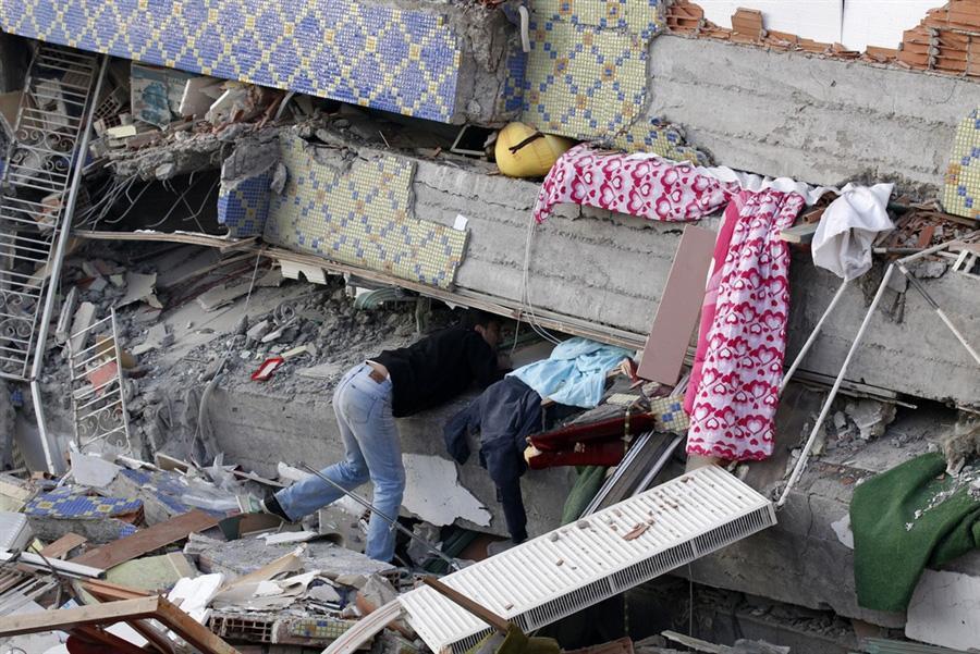 Люди пытаются найти своих родственников в разрушенных домах, Erci?, Турция, 24  октября