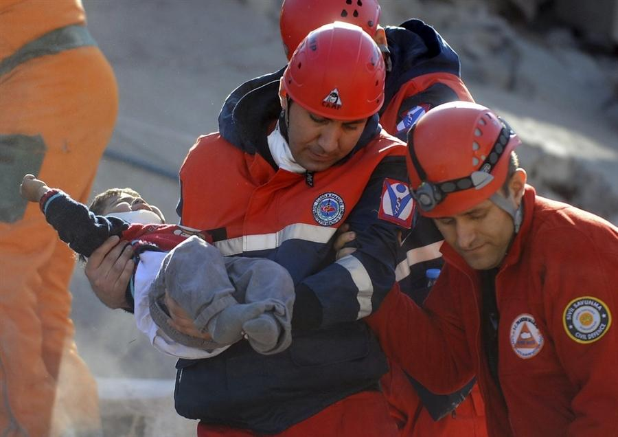 Спасатели работали всю ночь, пытаясь помочь, как можно большему количеству людей в городе Erci?, Турция, 24 октября