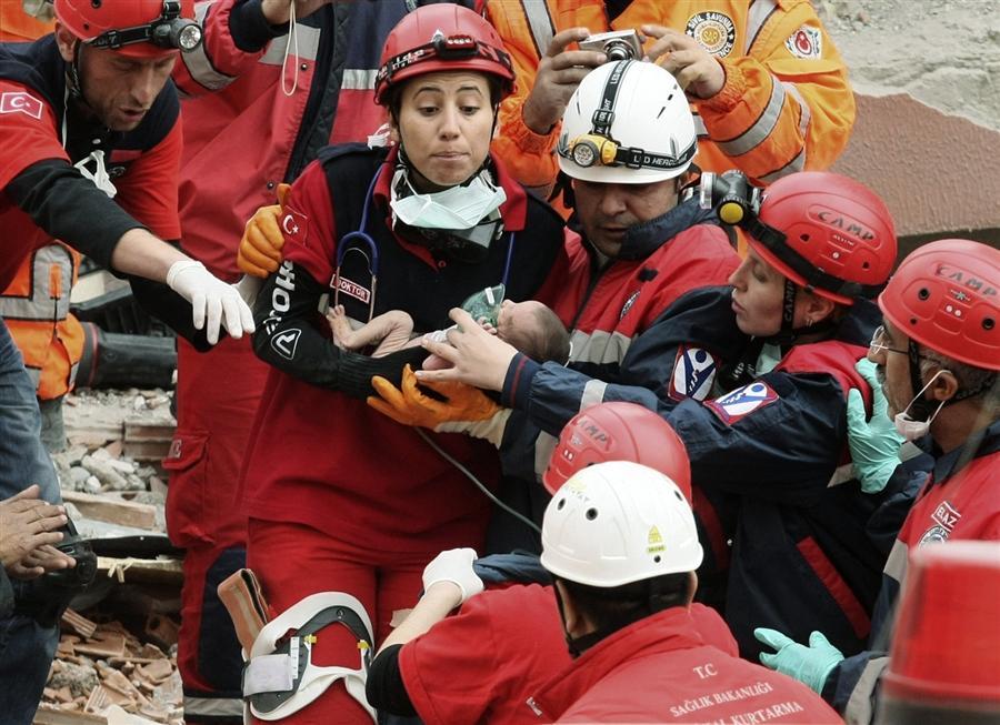 Спасатели достали из-под завалов рухнувшего дома двухнедельную Азру, ее маму и бабушку