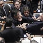 Клаудио Барбато, слева, член оппозиционной FLI партии, борется с Фабио Раньери в Парламенте Италии, Рим, 26 октября