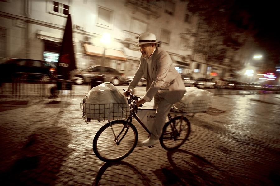 Hunter Halder едет по улицам Лиссабона, собирая продукты для нуждающихся семей.