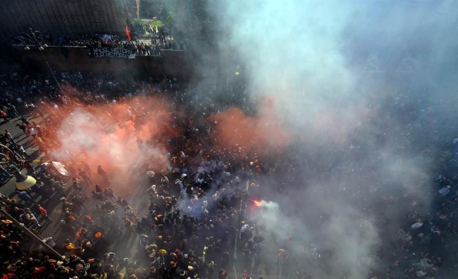Акция протеста в Риме 15 октября, демонстранты прорываются через слезоточивый газ