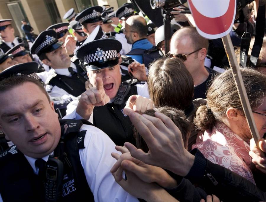 Драка демонстрантов с полицией в Лондоне 15 октября
