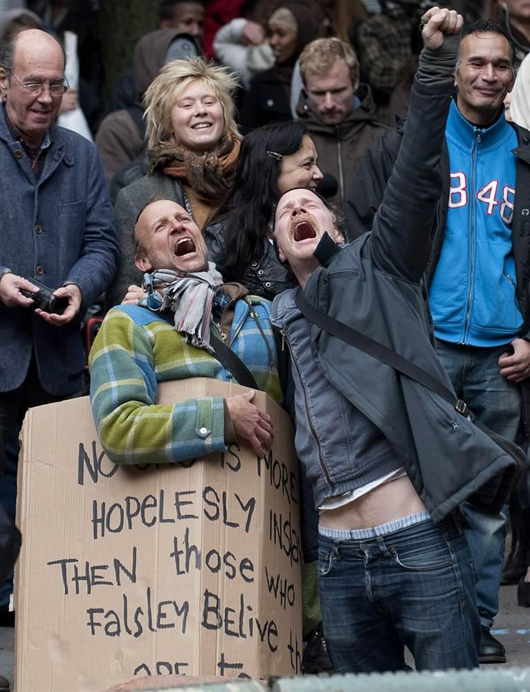 Протестующие с лозунгами на улицах Стокгольма, Швеция