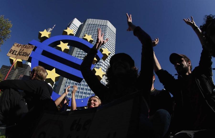 Немецкие протестующие перед зданием Европейского Центрального Банка во Франкфурте