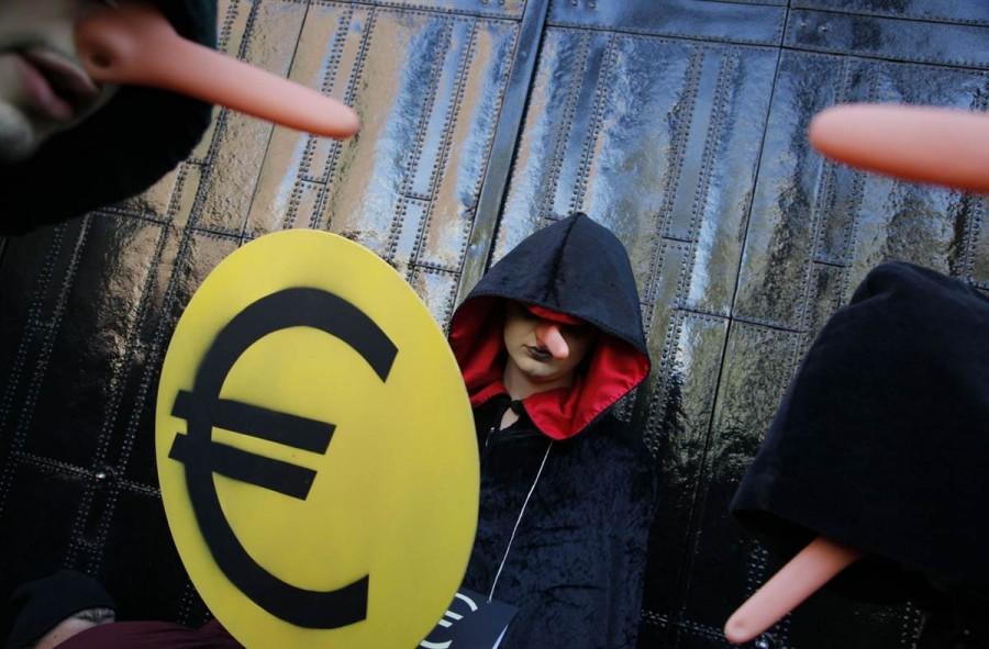 Демонстранты в капюшонах и носами Пиноккио в Амстердаме, Норвегия