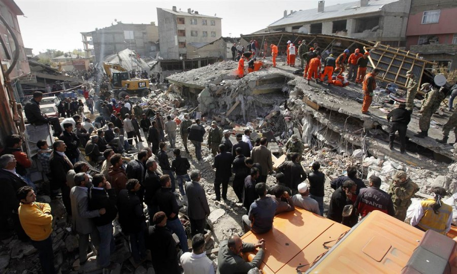 Надежды найти еще хоть кого-то в живых, все меньше, восточная Турция, 24 октября