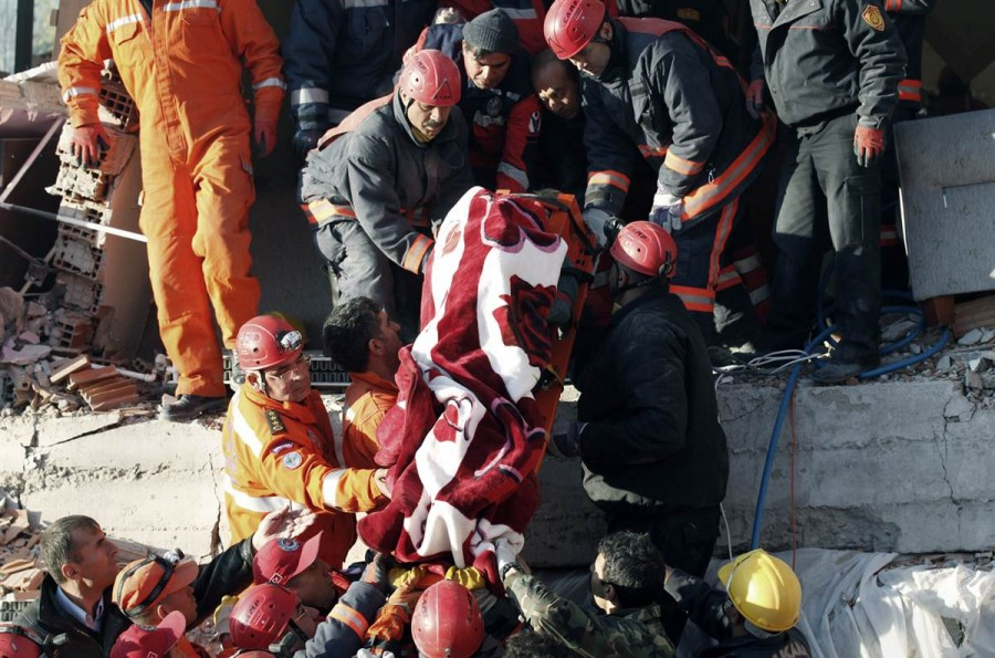 Спасатели нашли школьного учителя и осуществляют его транспортировку, Турция, 24 октября