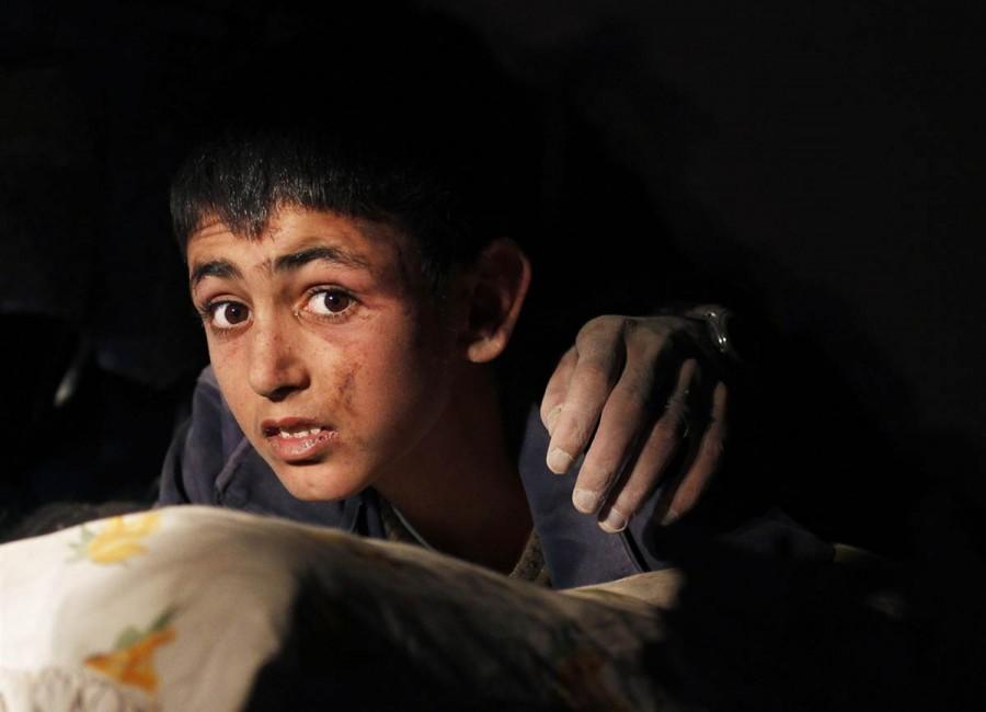 13-летний Юнус вместе с отцом, ждет спасения из каменного плена, Турция, 24 октября