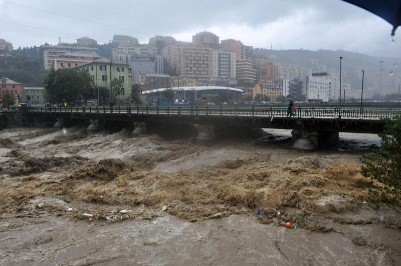 Река в Генуе напоминает бушующий горный поток