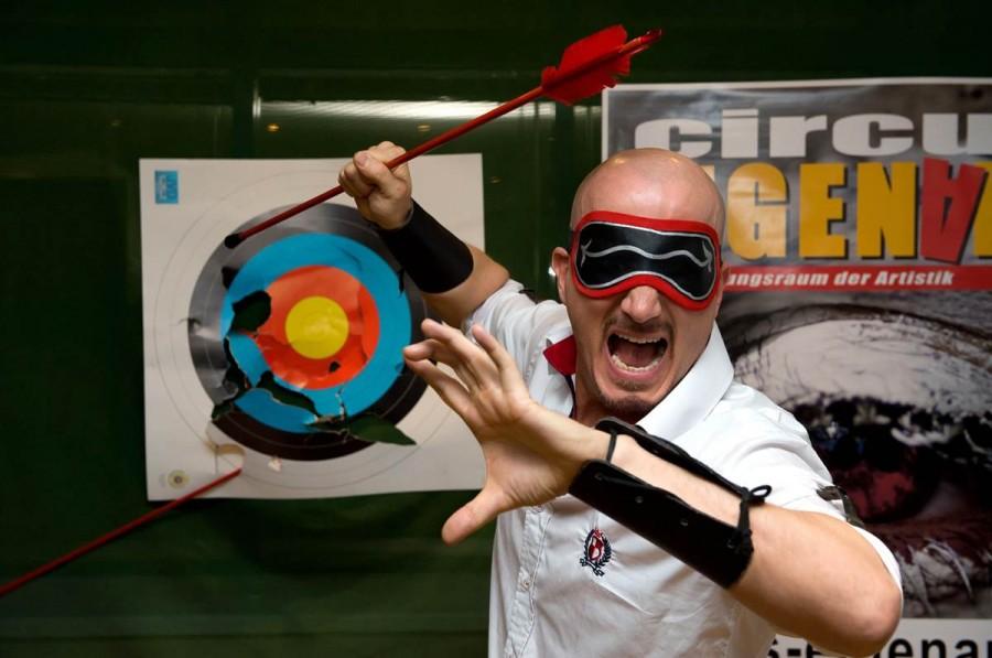 Джо Александр ловил стрелы с завязанными глазами на время в Гамбурге