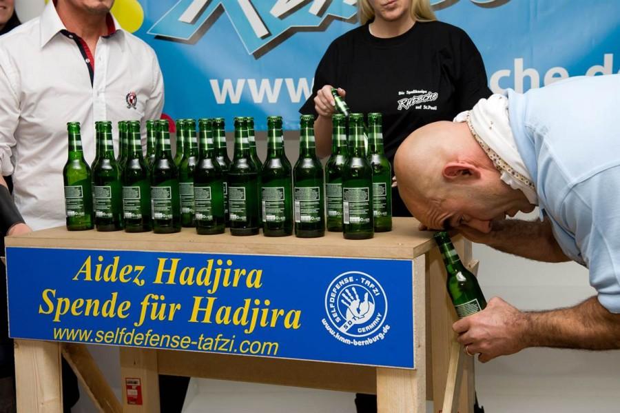 Ахмед Тафзи открыл 24 бутылки головой за 1 минуту в Гамбурге