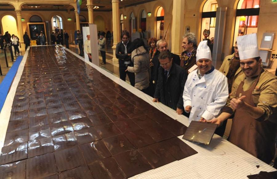 Мирко Делла Веччиа сделал 50-ти футовую шоколадную плитку в Болонье