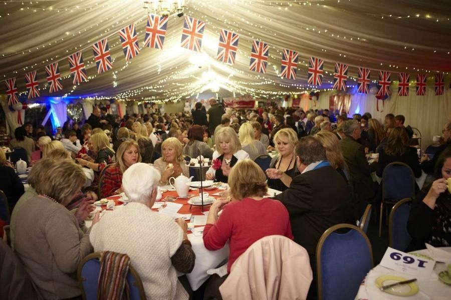 334 человека собрались на самое большое чаепитие в мире в Эссексе
