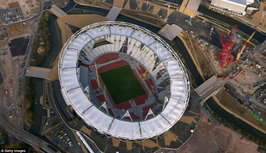 Главный Олимпийский стадион практически завершен, а рядом возводится красная скульптура Arcelor Mittal