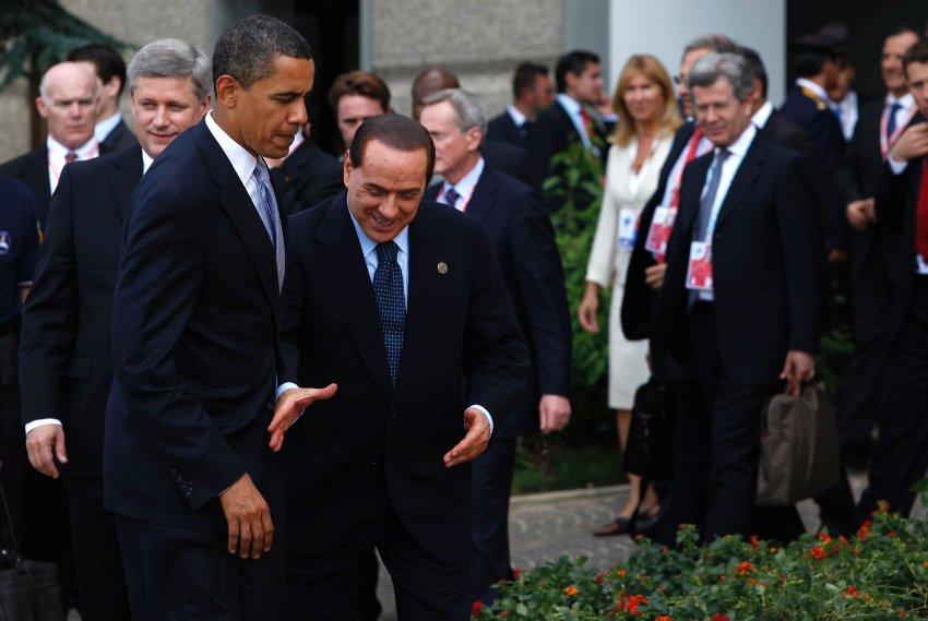 Берлускони пытается пожать руку Обаме и терпит неудачу в 2009 году