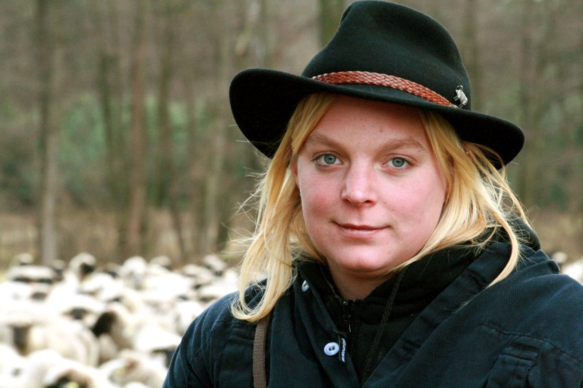Верена Янке работает пастушкой в Германии и получает 3 евро в час
