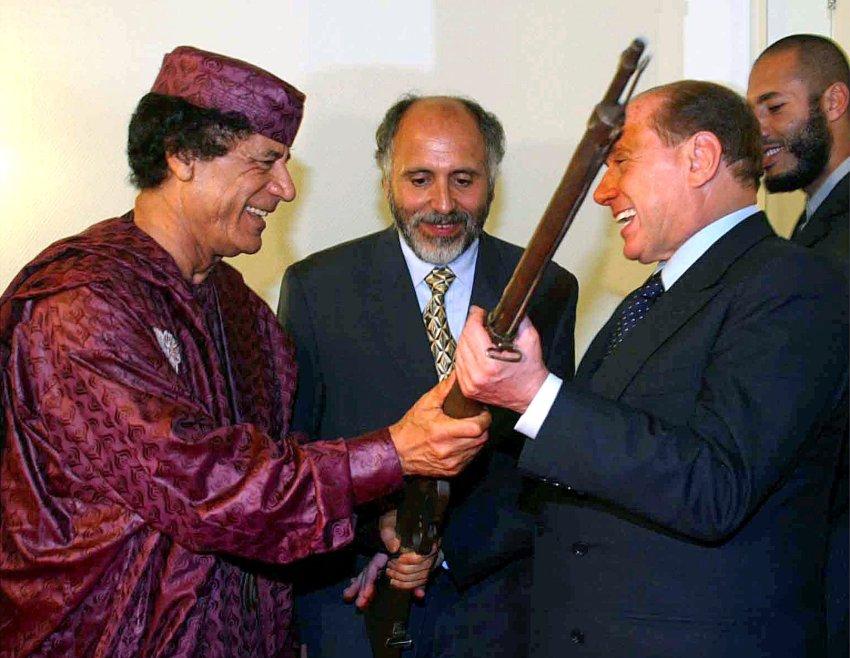 Сильвио любил получать подарки и от Муаммара аль-Каддафи в 2002 году