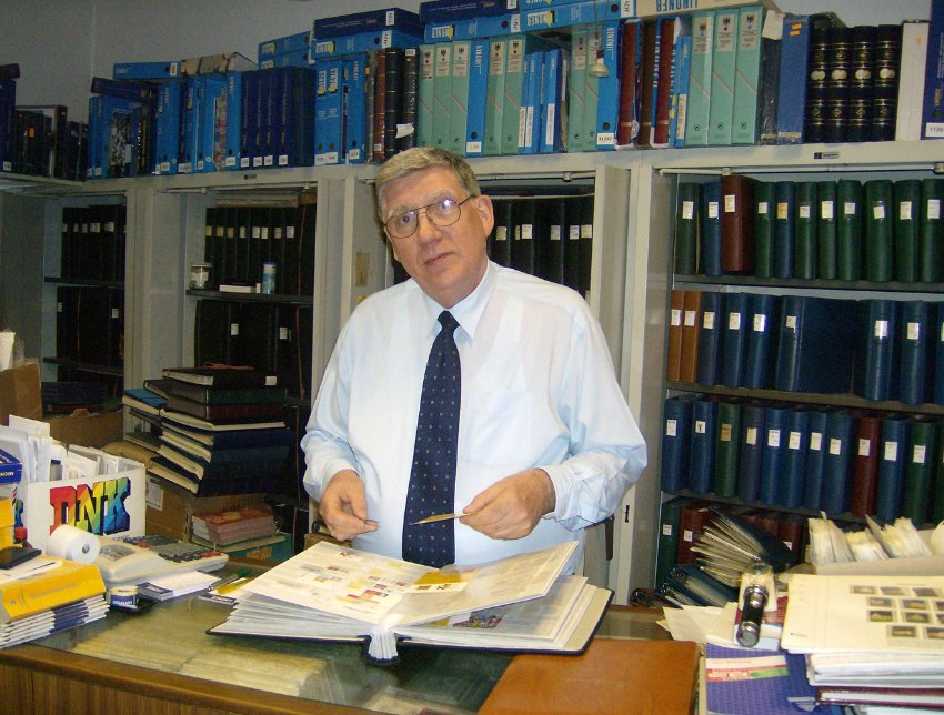 Герхард Шредер продавец марок маленького магазинчика в Гамбурге