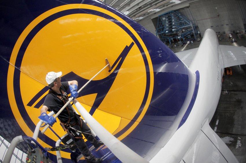 Мойщик самолетов в аэропорту Франкфурта