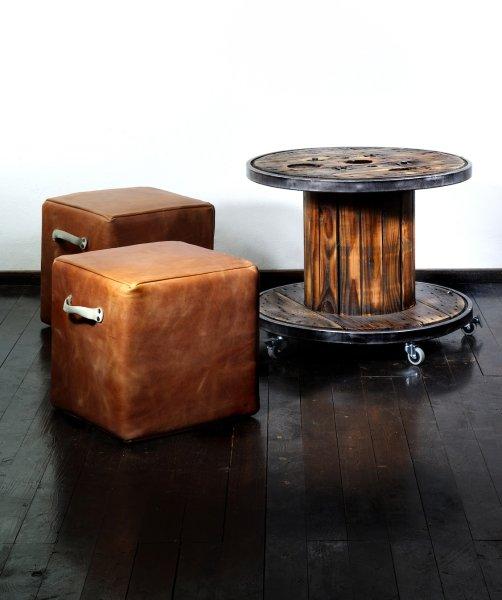 Кубы для сидения и столик из кабельного барабана сохраняют налет благородного использования