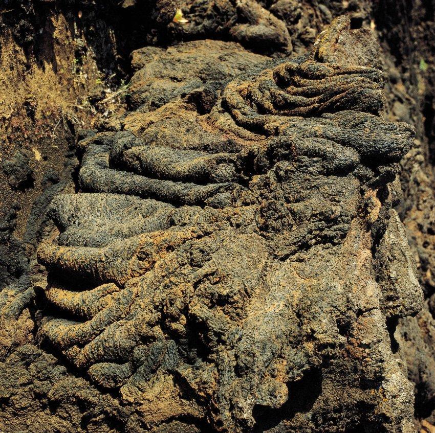 Следы прошлых извержений на берегу
