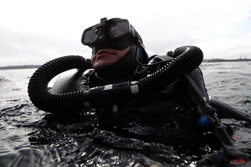 Взрывник-подводник должен иметь сильные руки, ясную голову и отличную выносливость