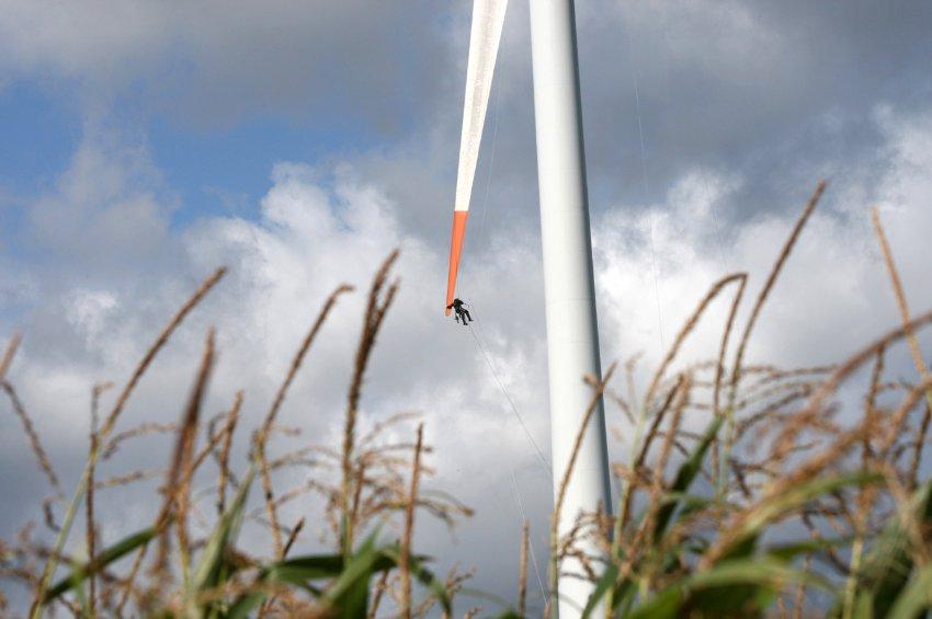 Фолькер Лоос работает альпинистом на ветряках, ища трещины в лопастях