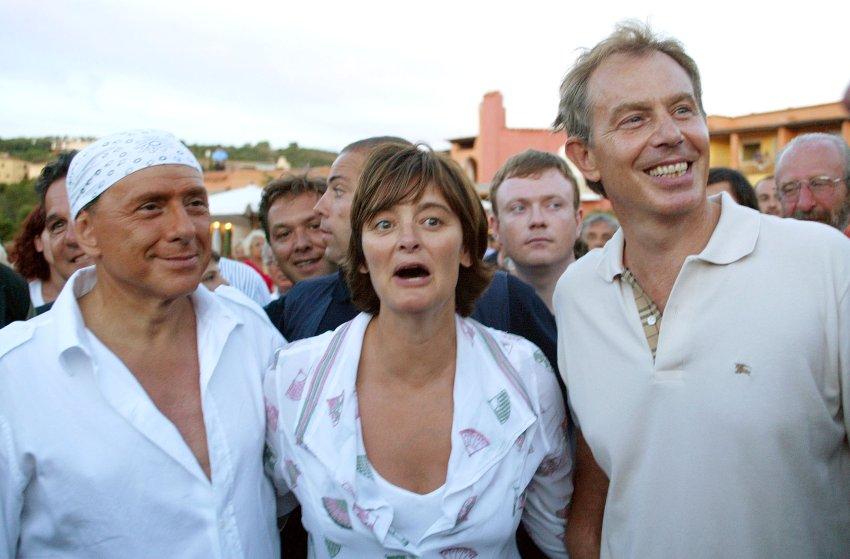 Тони Блэр с женой и Берлускони в пиратском платке в 2004 году