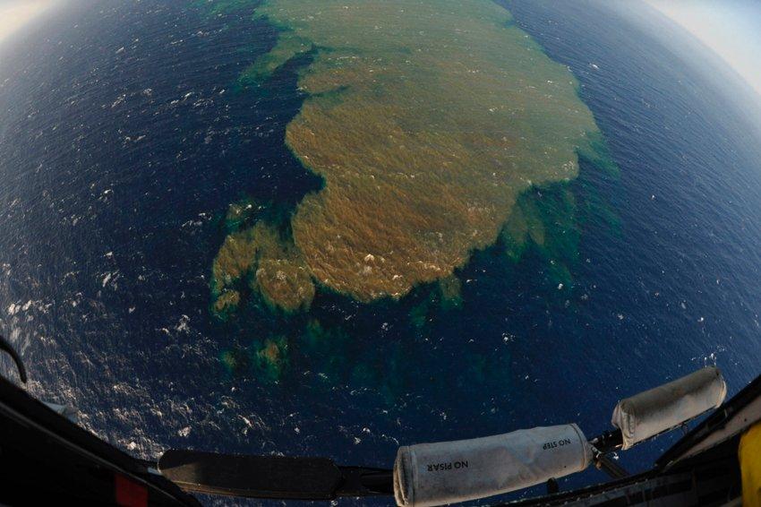 Пятна на поверхности воды, снятые с вертолета