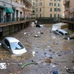 В грязной воде Генуи плавают отходы, автомобили и мебель