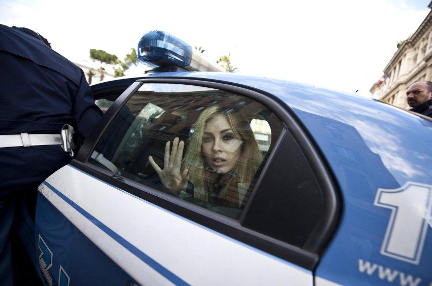 Феминисток увозят в полицейский участок