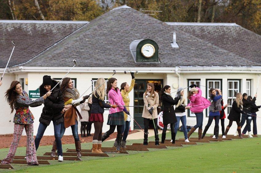 Кандидатки показывают себя в мастерстве игры в гольф