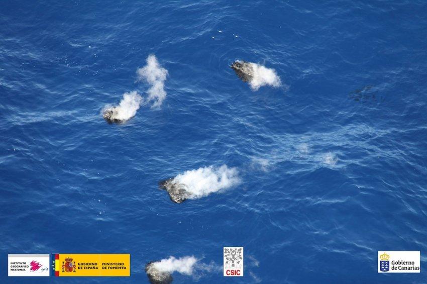 Горячие куски пемзы дрейфуют в океане