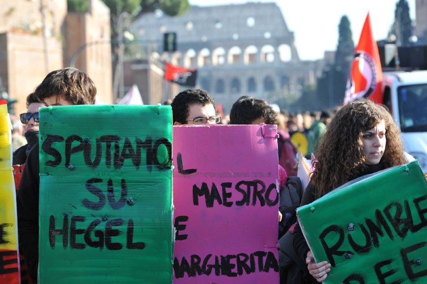 Студенческий протест в Риме перед Колизеем