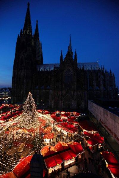 Кельнский Собор - прекрасный фон для Рождества