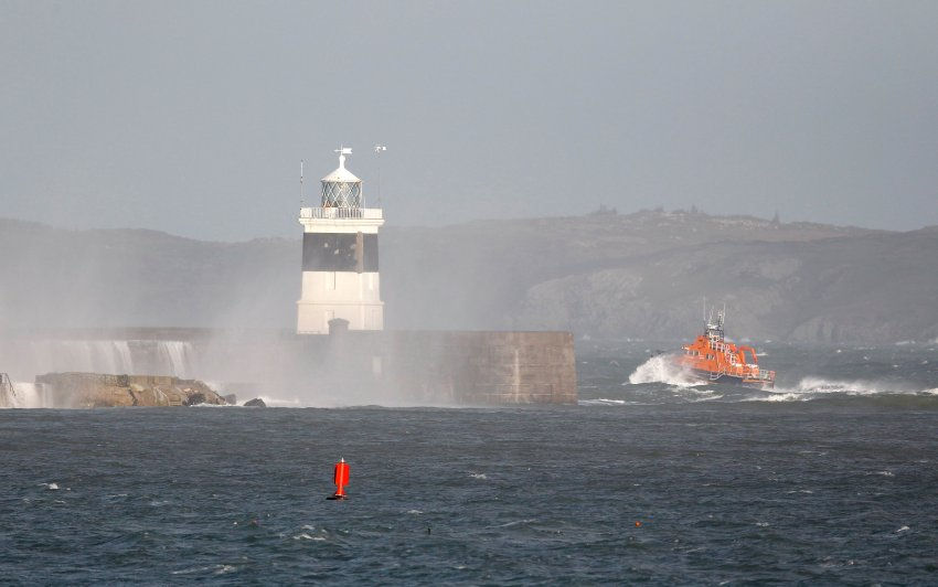 Во время шторма в море затонуло грузовое судно с 8 членами экипажа