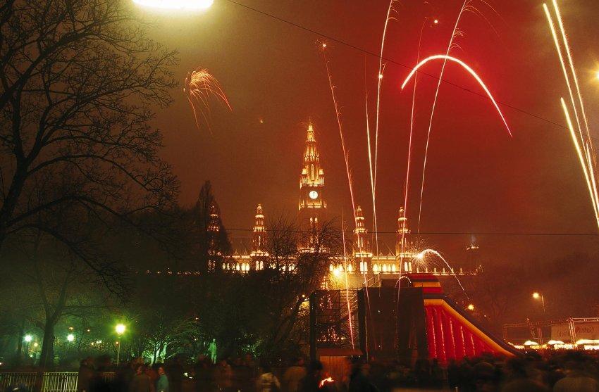 Ратуша в Вене является идеальным фоном для полночного шоу