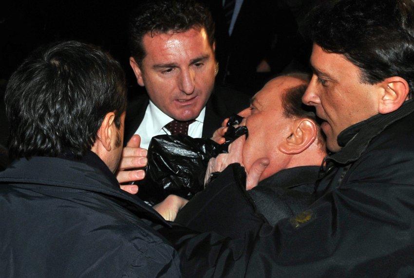 В нападении в 2009 году Берлускони сломали нос, выбили зубы и разбили губу