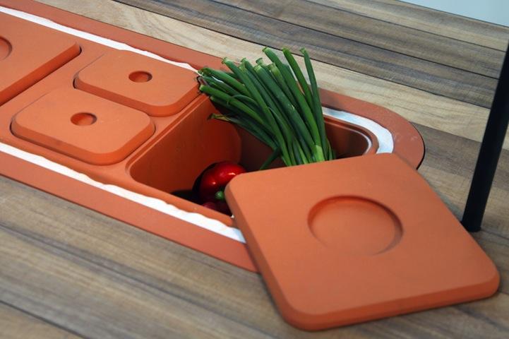 Терракотовые коробки, встроенные в столешницу для подогрева и хранения продуктов. Имеют разную толщину коробок для разных продуктов.
