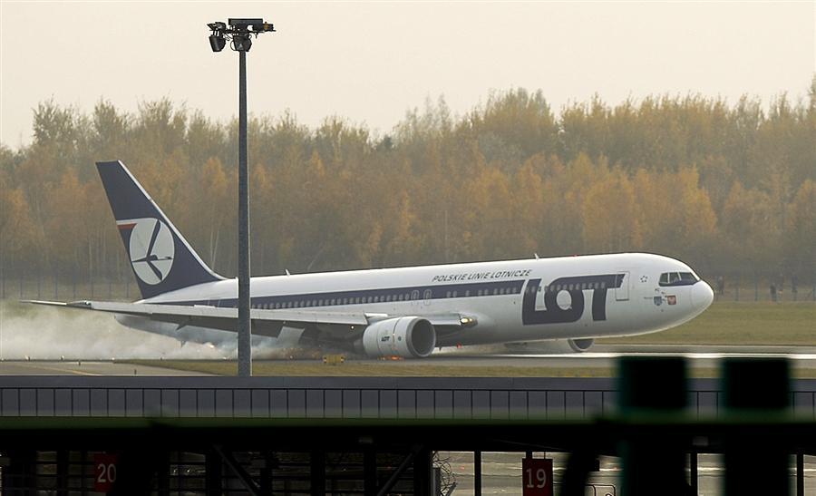 Boeing 767 польской авиакомпании LOT  касается взлетно-посадочной полосы фюзеляжем
