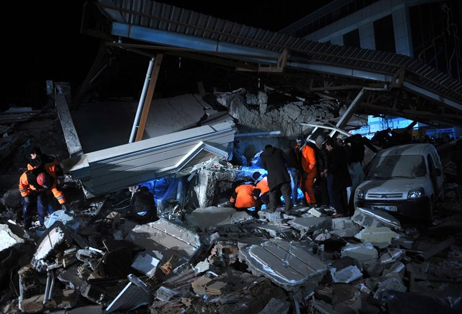 Спасатели ищут людей под обломками Отеля в Ване