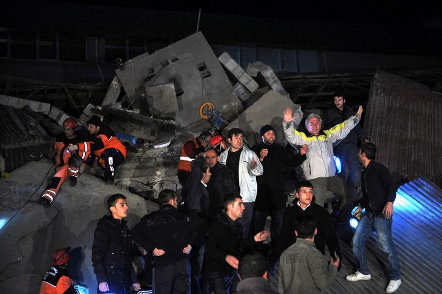 Спасатели в поиске людей пострадавших от рухнувшего отеля в Ван